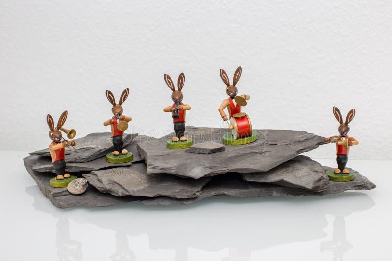 Un musik de jeu d'orchestre de lapin de Pâques sur une roche illustration de vecteur