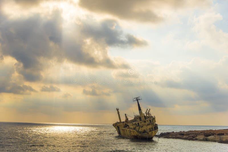 Un naufragio en las rocas fotos de archivo libres de regalías