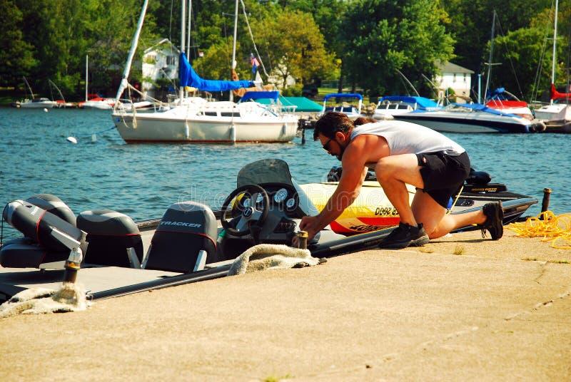 Un navegante prepara su buque imagen de archivo libre de regalías