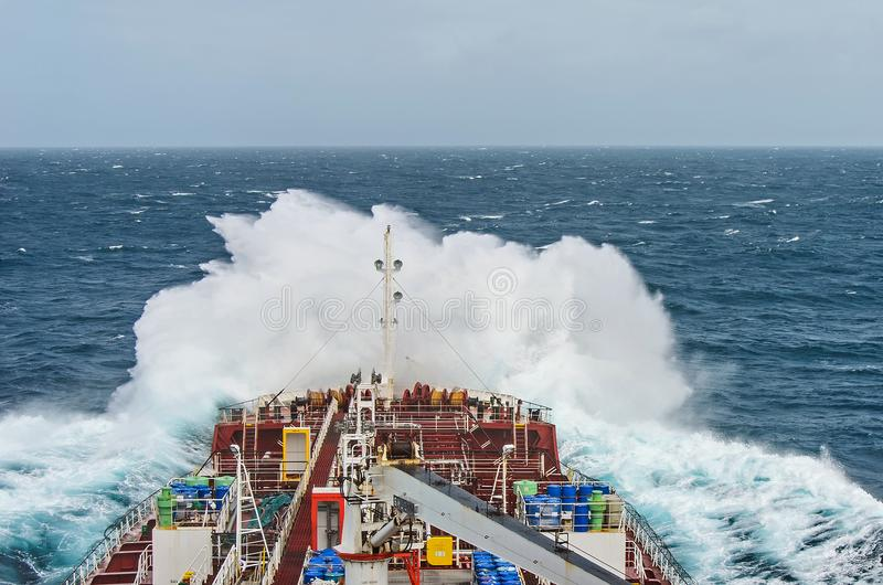 Un navire de bateau-citerne contre la rage photos stock