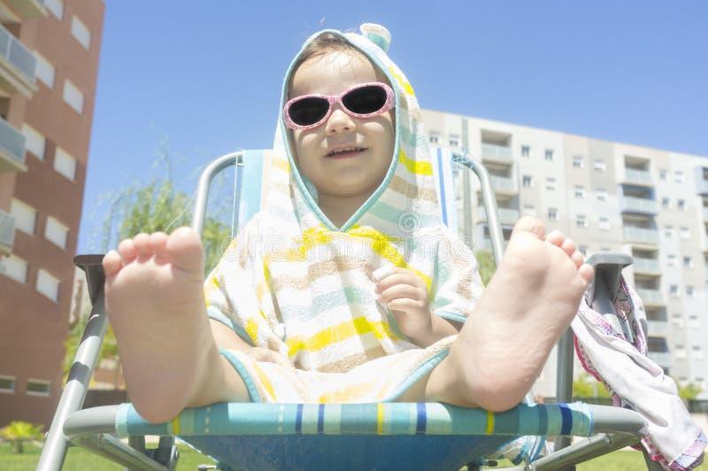 un neonato da 2 anni con l'asciugamano incappucciato del poncio dopo il nuoto fotografie stock libere da diritti