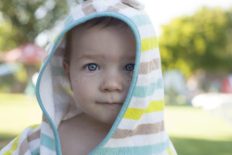 un neonato da 1 anno con l'asciugamano incappucciato del poncio dopo il nuoto immagine stock libera da diritti