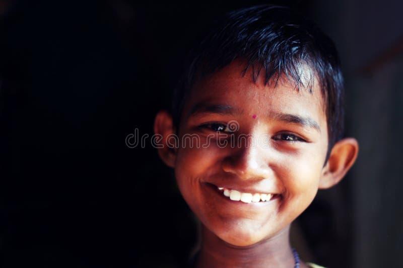 Un niño de la muchacha sonríe en un orfelinato imagen de archivo libre de regalías