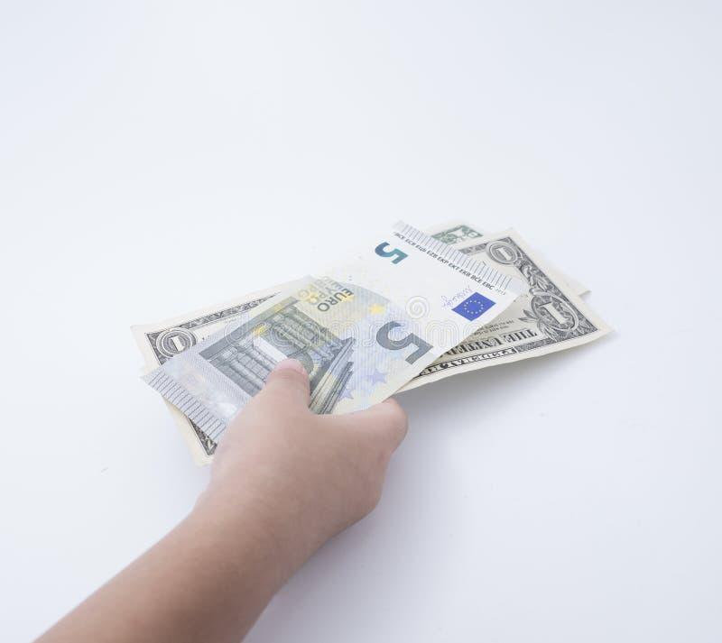 Un niño o un niño que sostiene el dinero foto de archivo