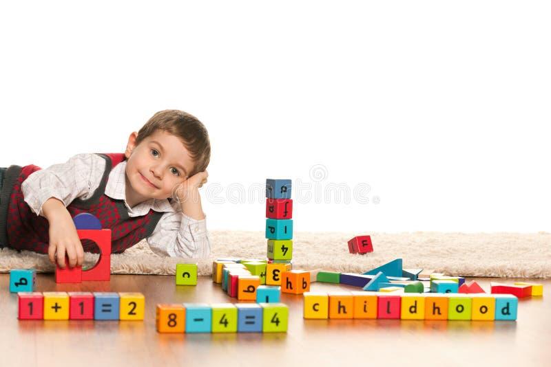 El jugar con el ni o peque o de los juguetes foto de for Vivir en un piso pequeno con ninos