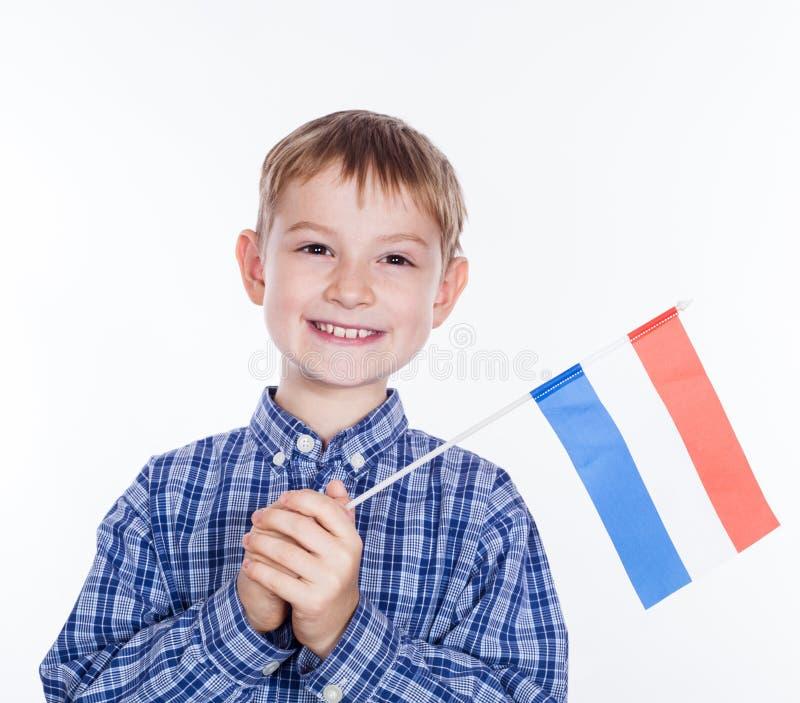 Un niño pequeño con la bandera holandesa imagen de archivo libre de regalías