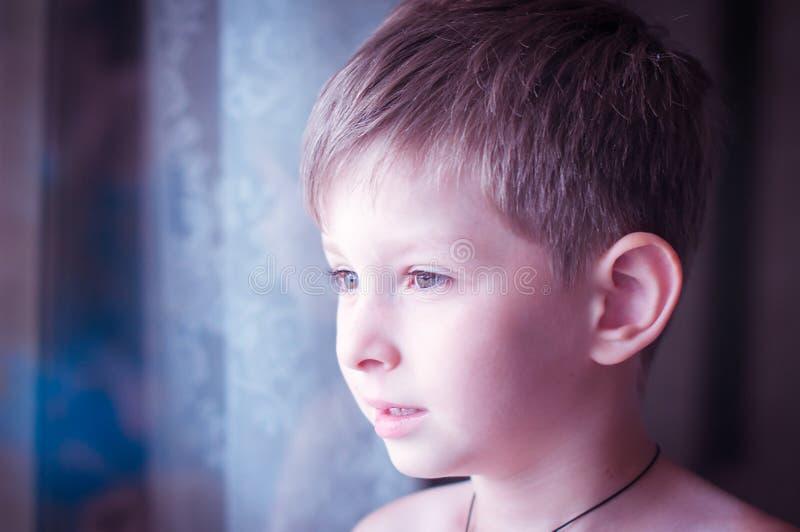 Un niño pequeño triste imagen de archivo