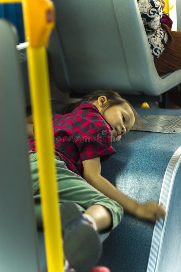 Un niño pone en el asiento en el autobús de sacudida Solamente fotos de archivo libres de regalías