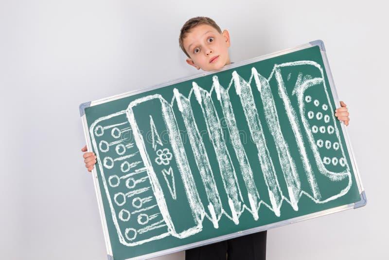 Un niño que ama jugar en los nervios con sus numeritos cómicos divertidos foto de archivo libre de regalías