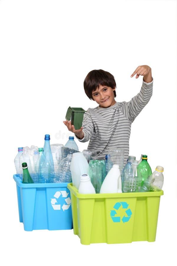 Un niño que promueve el reciclaje. imagenes de archivo
