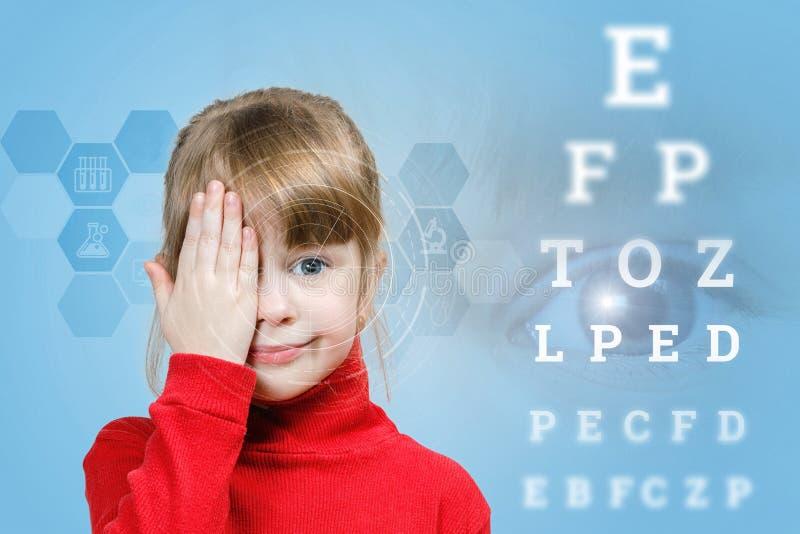 Un niño que se cierra el ojo para la comprobación de la vista foto de archivo libre de regalías