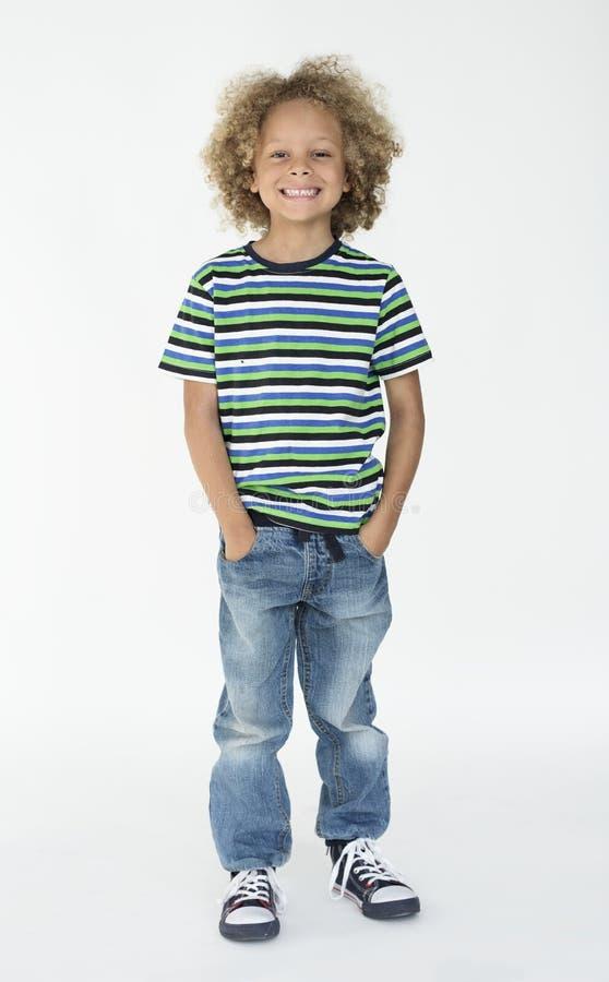 Un niño que sonríe en un lanzamiento fotografía de archivo