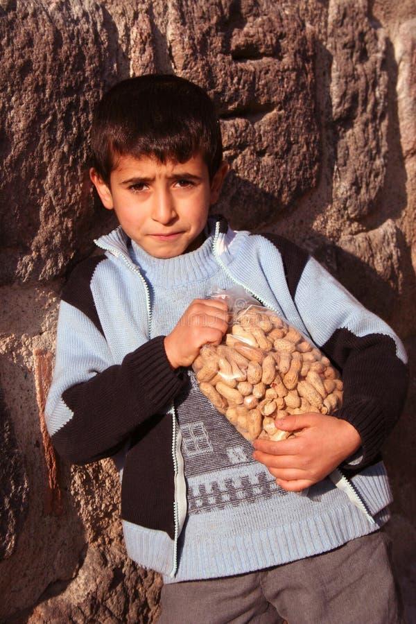 Un niño que sostiene sus cacahuetes fotos de archivo