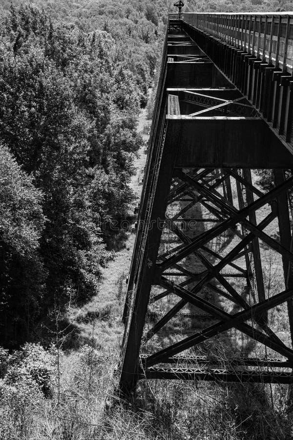 Un noir et blanc de la superstructure du haut pont images libres de droits