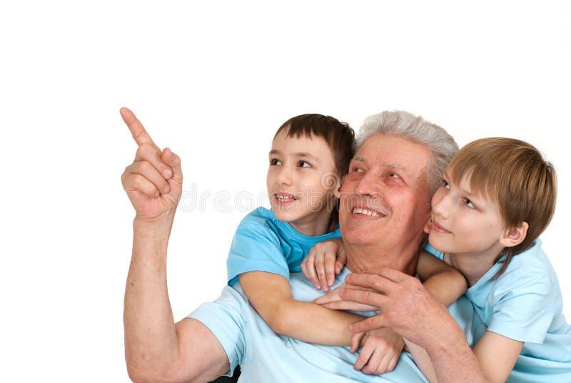 Un nonno caucasico felice di due ragazzi fotografia stock