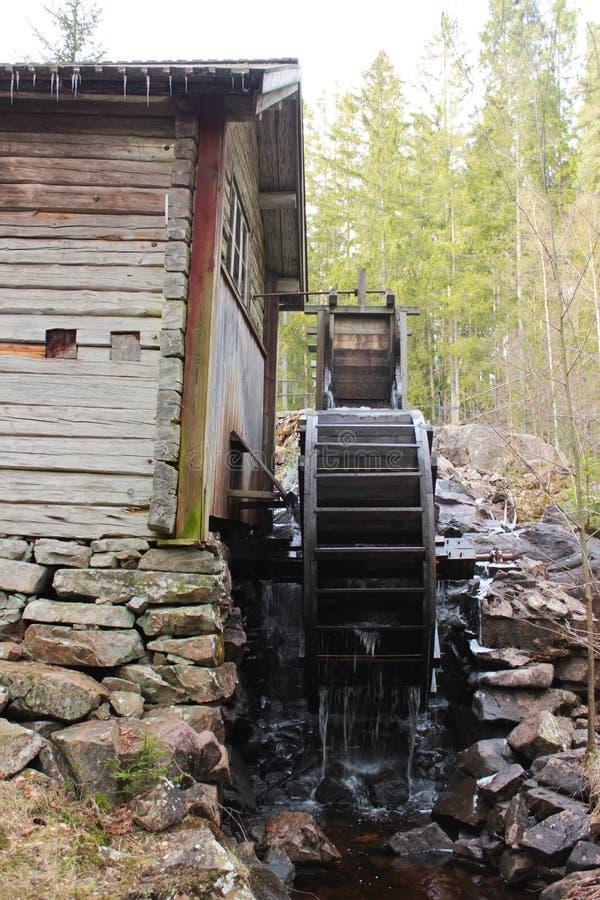 Un noria dans la forêt suédoise images libres de droits