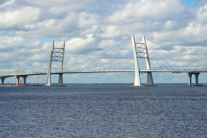 Un nouveau pont câble-resté à travers le canal du ` s de bateau à la bouche du grand Neva St Petersburg, Russie photos stock