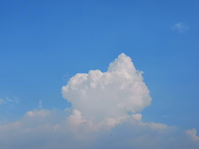 Un nuage comme une montagne et un ciel bleu image stock