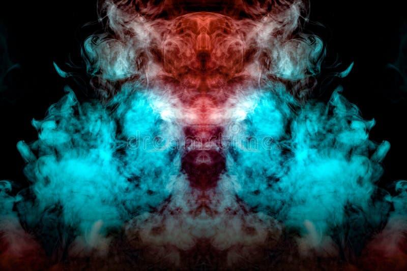 Un nuage de fumée dynamique exhalé d'un vape est accentué dans différentes couleurs et dissipation sous forme de tête d' photo libre de droits