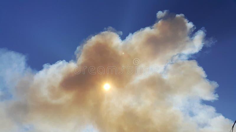 Un nuage peu commun a couvert le soleil un temps clair Phénomène normal image libre de droits
