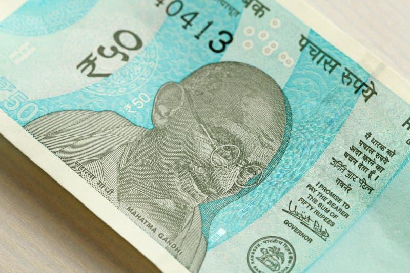 Un nuevo billete de banco de la India con una denominación de 50 rupias Dinero en circulación indio Retrato de Mahatma Gandhi imágenes de archivo libres de regalías