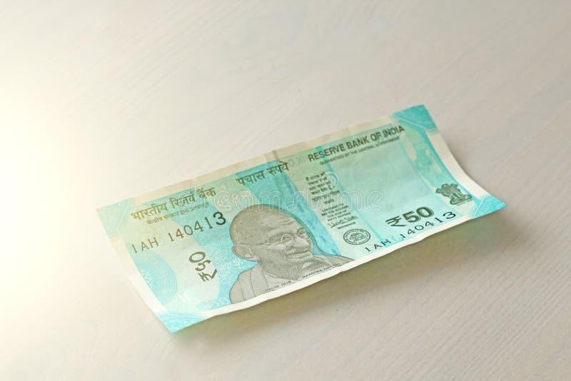 Un nuevo billete de banco de la India con una denominación de 50 rupias Dinero en circulación indio Retrato de Mahatma Gandhi imagenes de archivo