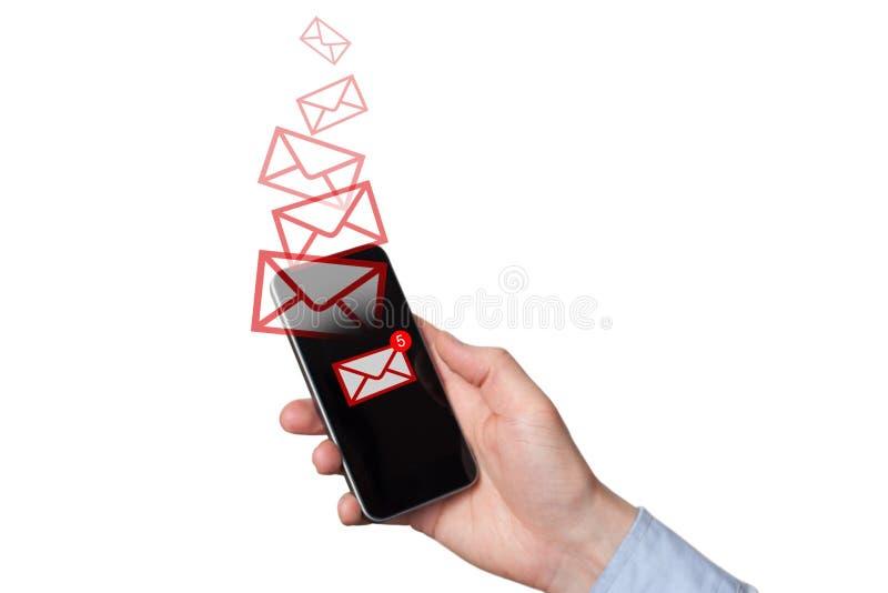 Un nuevo mensaje recibido en el tel?fono m?vil Sobres rojos como mensajes entrantes o de salida La mano del hombre que sostiene u fotos de archivo libres de regalías