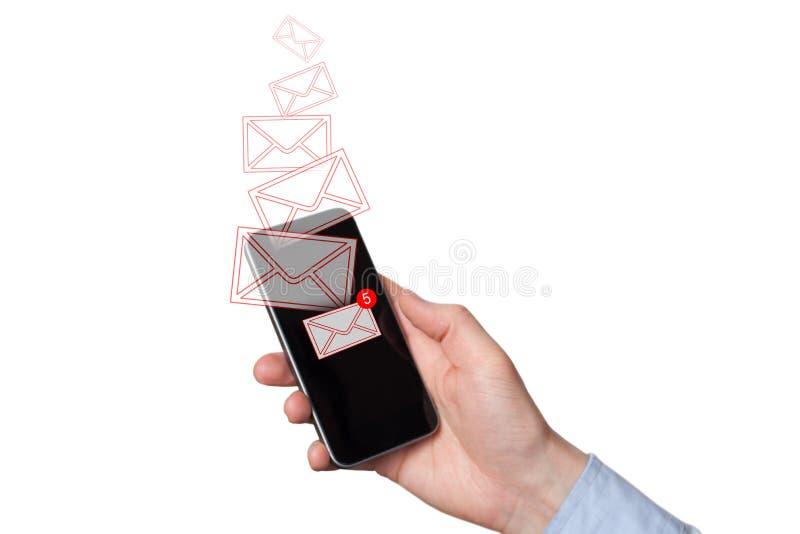 Un nuevo mensaje recibido en el tel?fono m?vil Sobres rojos como mensajes entrantes o de salida La mano del hombre que sostiene u foto de archivo libre de regalías