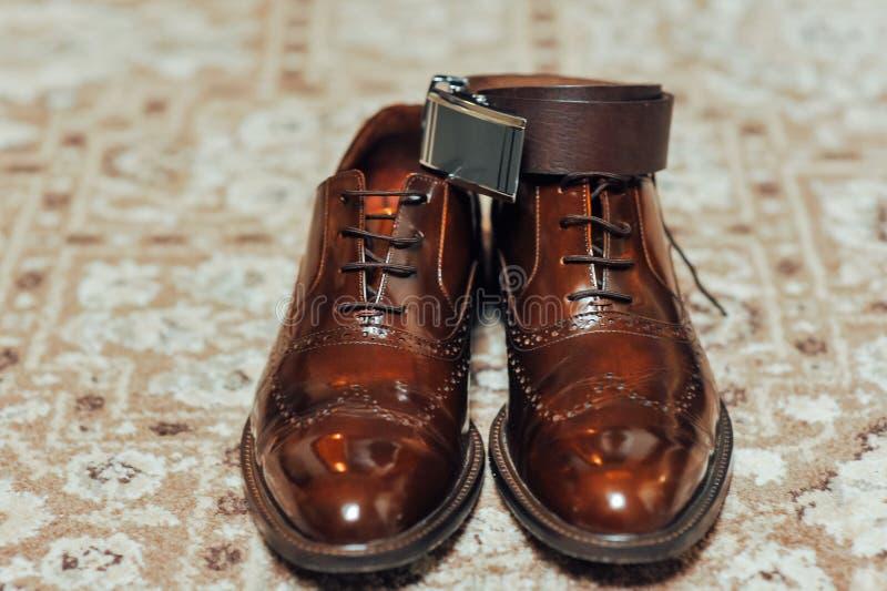 Un nuovo paio delle scarpe di cuoio di abbronzatura, cinghia fotografie stock libere da diritti