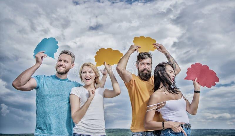 Un nuovo tipo di comunicazione interattiva Gli amici inviano i messaggi sulle bolle comiche Comunicazione del gruppo La gente par fotografia stock libera da diritti