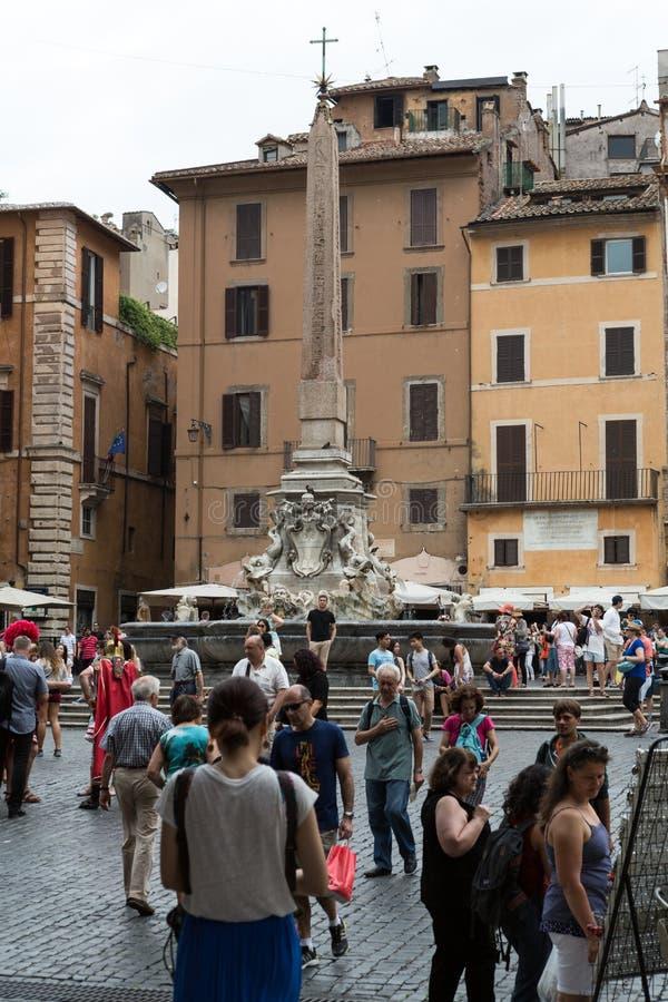 Un obelisco del seis-metro y una fuente del panteón Fontana del Pantheon en el della Rotonda de la plaza roma fotografía de archivo