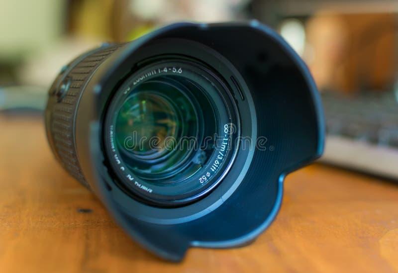 Un obiettivo del teleobiettivo con paraluce del ` s sopra immagini stock