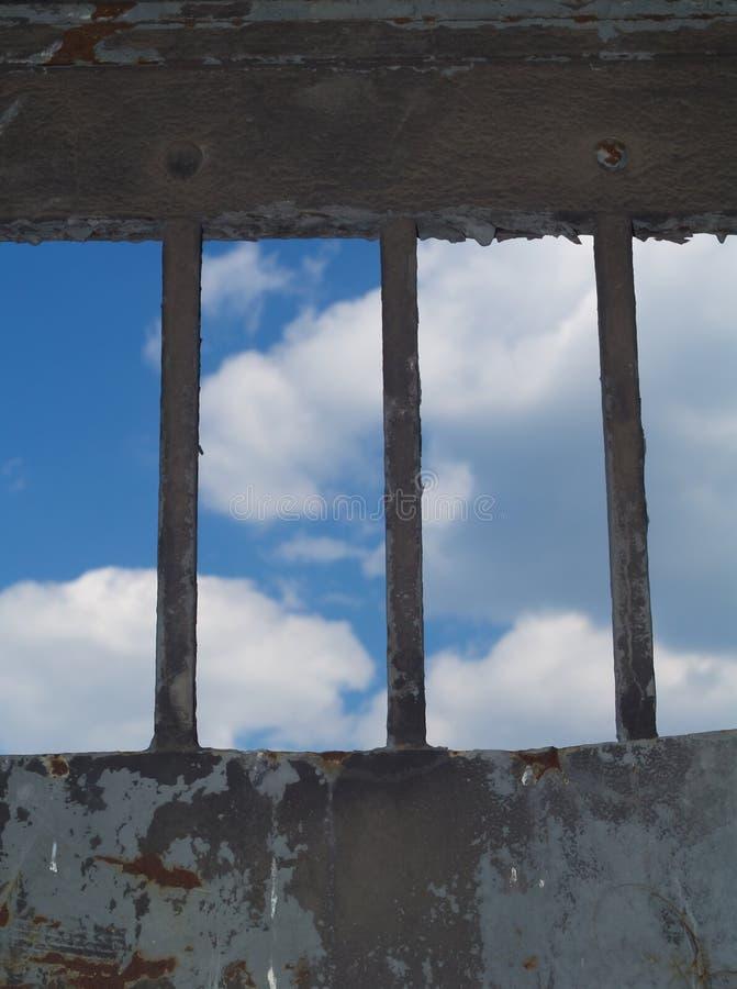 Un'occhiata di libertà - barre nel fuoco immagine stock