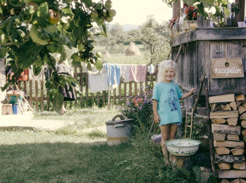 Un'occhiata nell'infanzia immagine stock