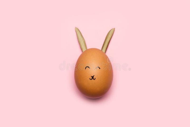 Un oeuf avec des oreilles de visage et de lapin images libres de droits