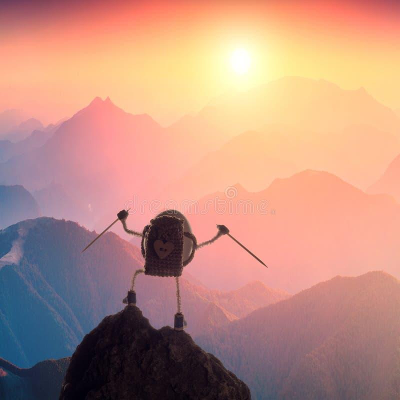 Un oeuf de grimpeur se tenant sur un dessus de montagne image libre de droits