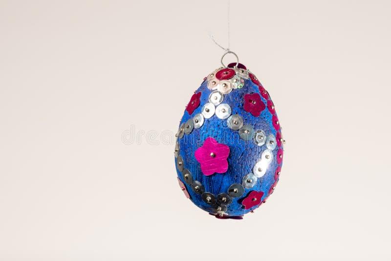 Un oeuf de pâques coloré utilisé pour décorer un arbre d'oeuf de pâques images libres de droits