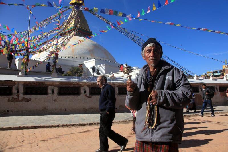Un'offerta non identificata del patito prega al centro buddista Boudhanath Stupa di pellegrinaggio fotografie stock