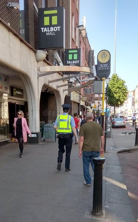 Un oficial de policía del na del ¡de Garda SÃochà imagen de archivo libre de regalías