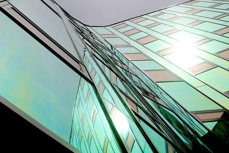Un oficina-edificio moderno, equipado de la pared reflectora coloreada fotografía de archivo