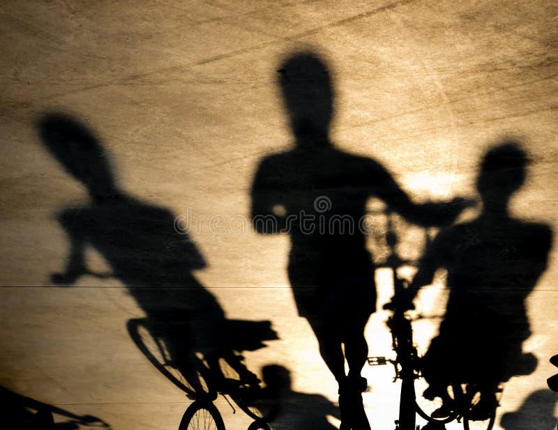 Un'ombra confusa di tre giovani donne sulle bici immagini stock