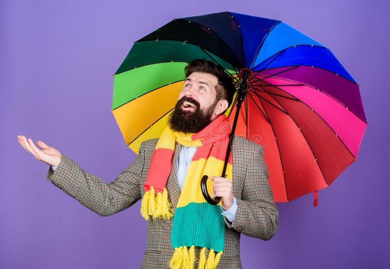 Un ombrello è necessario un giorno piovoso Uomo della pioggia o autistico che tiene ombrello variopinto autism Uomo barbuto che c fotografia stock libera da diritti