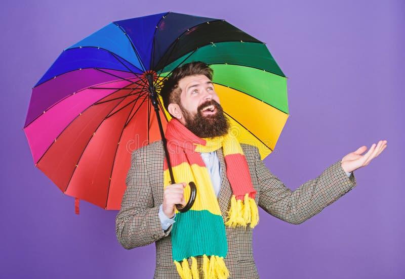 Un ombrello ? necessario un giorno piovoso Uomo della pioggia o autistico che tiene ombrello variopinto autism Uomo barbuto che c fotografie stock libere da diritti