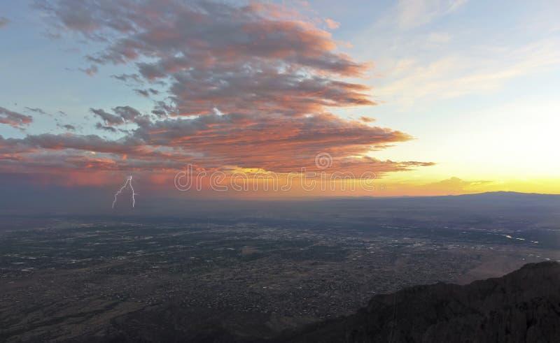 Un orage au coucher du soleil au-dessus d'Albuquerque, Nouveau Mexique photos libres de droits