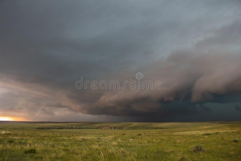 Un orage grave s'approche au-dessus du paysage de Grandes Plaines photographie stock