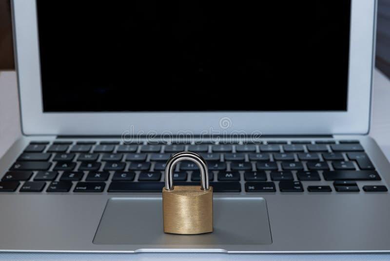 Un ordenador portátil con una cerradura en frente como concepto de contraseña del gdpr, del cybersecurity o de los datos imágenes de archivo libres de regalías