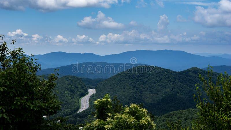 Un orizzonte pittoresco con le catene montuose verdi fotografia stock libera da diritti