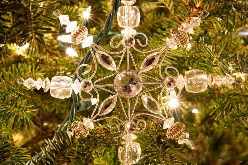 Un ornamento de la Navidad del copo de nieve en un árbol de la piel foto de archivo libre de regalías