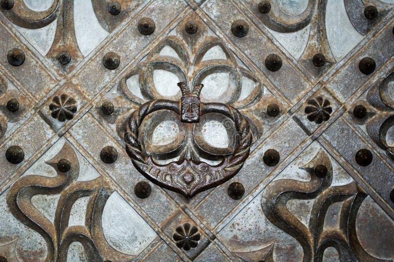 Un ornamento gótico de una puerta medieval de la iglesia imágenes de archivo libres de regalías
