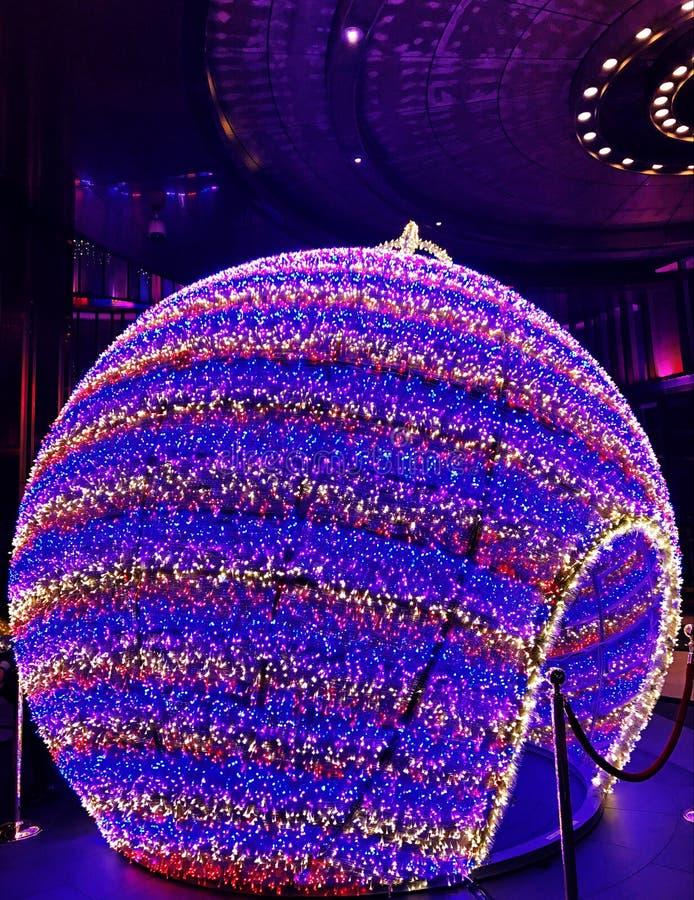 Un ornamento redondo de la Navidad se enciende para arriba en Macao imagen de archivo